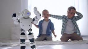 Moderna robotic teknologier, humanoid robotdanser och showförehavanden för pojkar hemma arkivfilmer