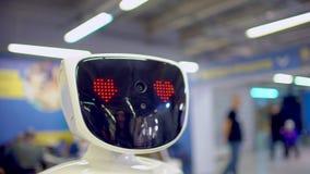 Moderna Robotic teknologier Roboten ser kameran på personen Roboten visar sinnesrörelser Lyfter upp hans händer arkivfilmer