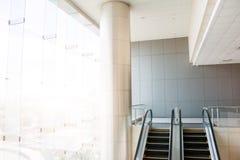 Moderna rulltrappor, kromrulltrappor Svartvitt monochro royaltyfria bilder