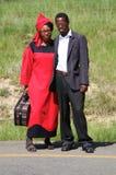 Moderna söder - afrikanska par som blir vid vägen och poserar till th Arkivfoto