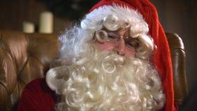 Moderna Santa Claus som använder minnestavlaPC arkivfilmer