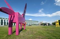 Moderna skulpturer framme av högsta domstolen Arkivbild