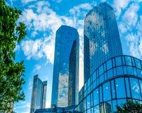 Moderna skyskrapor i affärsområde mot blå himmel Arkivfoton