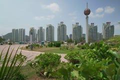 Moderna skyskrapor i ett respektabelt område av Sanya City Arkivbild