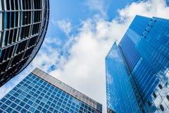 Moderna skyskrapor i London underifrån Arkivbilder