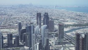 Moderna skyskrapor i området av vattenkanalen Dubai Creek i i stadens centrum materiellängd i fot räknatvideo stock video