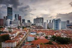 Moderna skyskrapor med gamla shophouses - Singapore Arkivbild