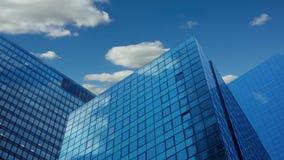 Moderna skyskrapor och moln Tid schackningsperiod UHD lager videofilmer