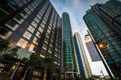 Moderna skyskrapor på Bonifacio Global City på solnedgången, i Taguig royaltyfria foton