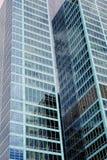 Moderna skyskrapor, reflexioner i den Glass fasaden Royaltyfri Foto