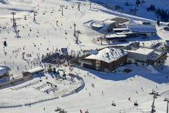 Moderna snabba gondoler tar hundratals snöskidåkare upp till skidafältet av Ischgl i Österrike för att göra det bästa av vintern  Royaltyfri Fotografi