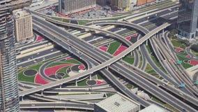 Moderna stads- flernivå-vägföreningspunkter i den i stadens centrum Dubai sikten lagerför uppifrån längd i fot räknatvideoen lager videofilmer