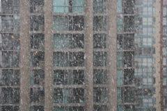 Moderna stadsskyskrapor för snöfall Arkivfoto