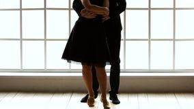 Moderna stildansare som öva på studion arkivfilmer