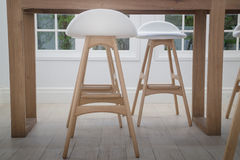 Moderna stolar i lägenhetinre Royaltyfri Foto