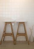 Moderna stolar i lägenhetinre Arkivfoto