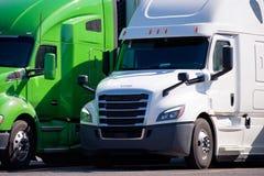 Moderna stora riggar länge - står halva lastbilar för transportsträcka i rad på långtradarcaféet Royaltyfria Bilder