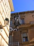 Moderna Survaillance kamera och gammal lampa - som är groteska & royaltyfri foto
