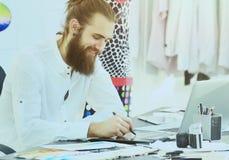 Moderna teckningar för modeformgivare av mode i idérik studio Royaltyfria Bilder