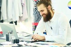 Moderna teckningar för modeformgivare av mode i idérik studio Royaltyfri Fotografi