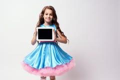 moderna teknologier härlig flicka little Frodig blåttklänning royaltyfria bilder