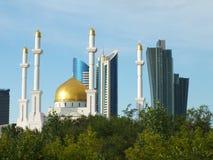 Moderna torn och en moské i Astana/Kasakhstan Arkivbild