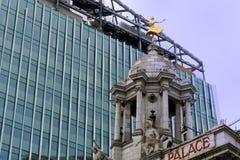 Moderna tornkvarter som ställa i skuggan Victoria Palace Theatre Royaltyfri Bild