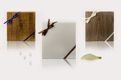 Moderna tre köksluckor på den vita tabellen Vita köksluckor Tränaturliga bruna köksluckor Gråa köksluckor Royaltyfria Bilder