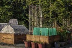 Moderna Urban som arbeta i trädgården den lyftta sängar och växtskärmen Protectorsn fotografering för bildbyråer