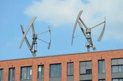 Moderna väderkvarnar i staden Royaltyfri Bild