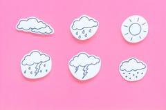 Moderna vädersymboler ställde in på bästa sikt för rosa bakgrund Royaltyfria Bilder