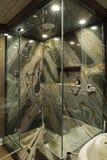 moderna väggar för badrumgranitgreen royaltyfria foton