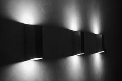 Moderna vägglampor på väggen Arkivfoton