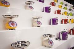 Moderna våg och brödrostar på skärm på HOMI, internationell show för hem i Milan, Italien Arkivfoto