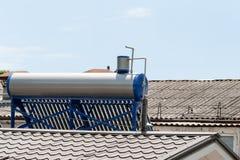 Moderna varmvattenpaneler på ett hus Royaltyfri Foto