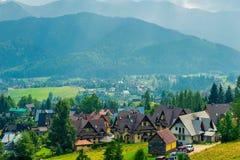 moderna villor i dalen av berget i Polen Arkivbilder