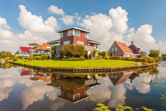 Moderna villor i landskapet av Friesland, Netherlanden Arkivbilder