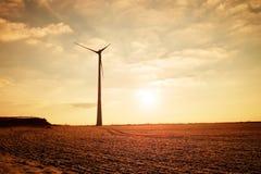 Moderna vindturbiner producera energi i suny vårmorgon Tappning tonad effekt Royaltyfri Fotografi