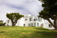 Moderna Vita hus på en kull i Kalifornien arkivbild