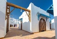 Moderna vita lägenheter på den tropiska lyxiga feriesemesterorten i Egypten Arkivbilder