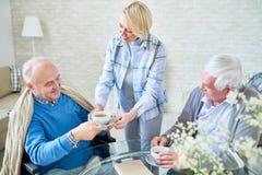 Moderne ältere Leute, die Tee genießen stockbilder