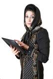 Moderne aantrekkelijke Arabische vrouw met tabletpc Stock Afbeeldingen