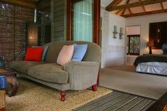 Moderne Afrikaanse binnenlandse slaapkamer met veranda Stock Afbeeldingen
