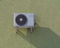 Moderne airconditioner openlucht op de muur in het zonlicht stock fotografie
