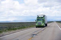 Moderne Amerikaanse semi vrachtwagen en adelborstaanhangwagen op de weg van Nevada Stock Afbeelding