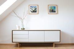 Moderne Anrichte im hellen Wohnzimmer stockfotos