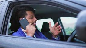 Moderne Arabische mens in formele slijtagezitting in rechtse aandrijvingsauto stock video