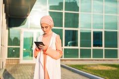 Moderne Arabische moslimvrouw met tabletcomputer in openlucht Royalty-vrije Stock Foto