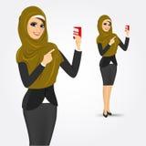 Moderne Arabische vrouw die een creditcard houden Royalty-vrije Stock Foto's