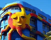 Moderne architectuur: aardig en zonnig blauw huis met reuzezon Stock Foto
